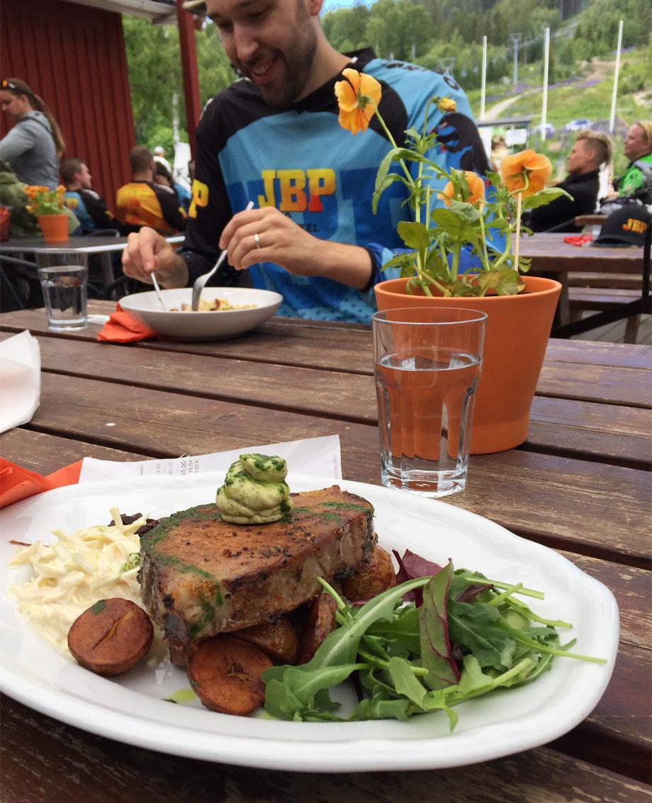 Äter en god lunch på Järvsö Bergcykel Park
